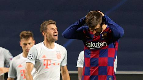 Barcelonan Gerard Pique pettyneenä murskatappion jälkeen.