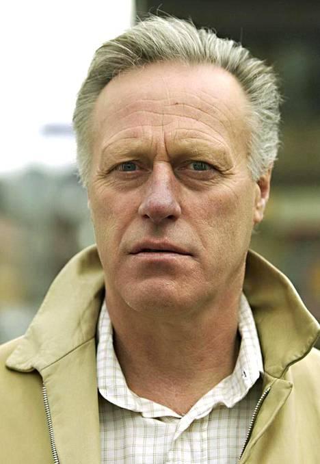 Tom Hagen on järkyttynyt vaimonsa katoamisesta.