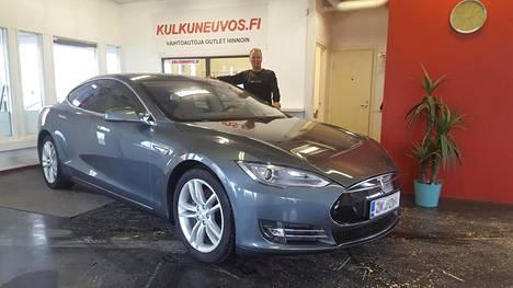 Juha Sipilän entinen Tesla on tällä hetkellä autokauppias Timo Ojalan testattavana. Myöhemmin auto menee myyntiin.