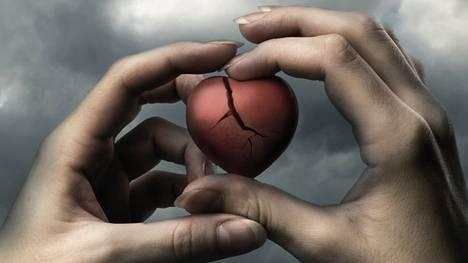 Särkyneen sydämen oireyhtymä, takotsubokardiomyopatia, on sydänkohtauksen kaltainen vakava sairaus, jonka usein laukaisee vahva tunnepitoinen kokemus tai järkytys.