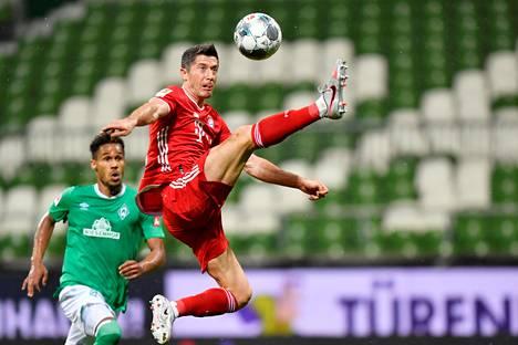 Robert Lewandowski vei Bayernin 0–1 -johtoon ensimmäisen puoliajan lopuksi videotarkistuksen jälkeen.