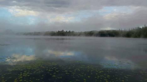 Aamu-usvaa järven yllä Hämeenlinnassa.