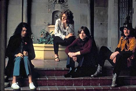 Led Zeppelin Los Angelesin legendaarisen Chateu Marmont -hotellin portailla. Vuosi on 1969.