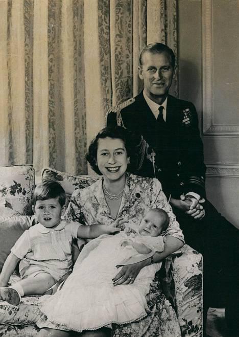 Elokuussa 70 vuotta täyttävä Anne Elizabeth Alice Louise syntyi vuonna 1950 Elisabetin ja Philipin toisena lapsena, hieman vajaa kaksi vuotta isoveljensä prinssi Charlesin jälkeen.
