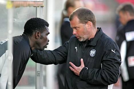 Neuvottelut käynnissä Babatunde Wusun kanssa ennen tämän pääsyä kentälle 2009.