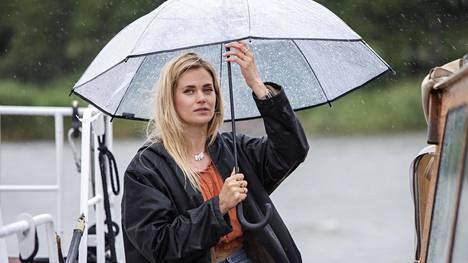 Rantabaarin kolmatta kautta kuvattiin kesällä niin ihanassa kuin vähän kehnommassakin säässä. Alissaa näyttelevän Johanna Puhakan mukaan sateenvarjon alla voi hyvin tehdä myös suurten tunteiden kohtauksia.