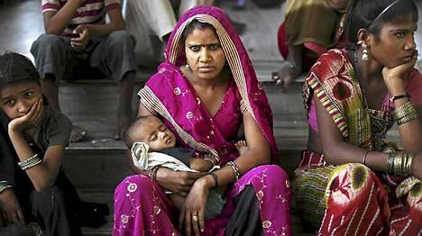 Hindulainen nainen lapsensa kanssa Balaji Karma Kheda -temppelissä Intian Rajasthanissa. Eri puolella maan pohjoisosaa vietettiin hindujen pyhää päivää Akha Teejia. Päivää pidetään erityisen suotuisana naimisiinmenolle.