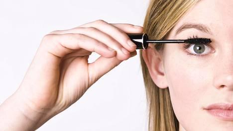 Pidentävä ripsiväri on yksi meikkikikka, jolla silmistä saa suuremman näköiset.