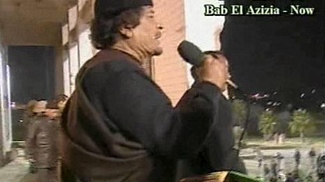 Muammar Gaddafi puhui kannattajilleen tukikohtansa edessä.