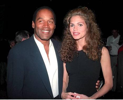 O.J. ja silloinen tyttöystävä Paula Barbieri vuonna 1993.