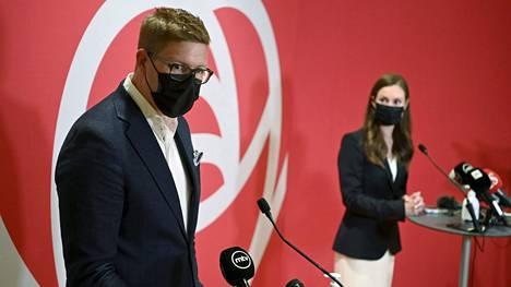 """Sdp:n eduskuntaryhmän puheenjohtaja Antti Lindtman sanoo, että korkeampaa ja pysyvämpää kasvua on syytä tavoitella, sillä paluu 1–1,5 prosentin kasvu-uralle olisi  """"tällä väestörakenteella kivulias tie"""". Kuvassa Lindtman ja pääministeri Sanna Marin (sd) puolueen eduskuntaryhmän kesäkokouksessa."""
