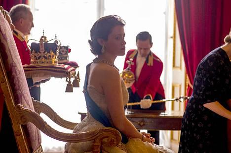 The Crown -sarjan ensimmäisen kauden aikana Elisabet kruunattiin Iso-Britannian kuningattareksi.