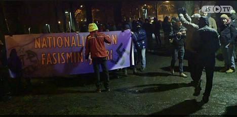 Vapaus pelissä -mielenosoittajat varustautuivat tapahtumaan banderoilleilla.