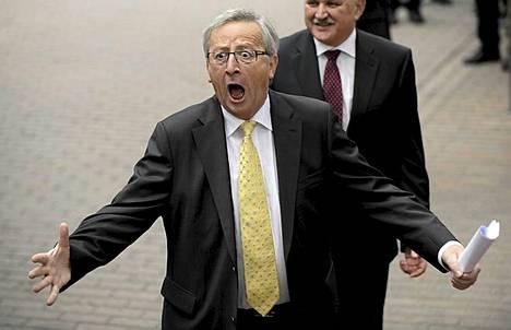 Luxemburgin pääministerin Jean-Claude Junckerin reaktio, kun hän saapuu euromaiden johtajien kokoukseen Brysseliin. Euromaat suostuivat Italian ja Espanjan vaatimuksiin korkopaineiden helpottamiseksi. Eurojohtajat päättivät koko yön kestäneessä 13-tuntisessa kokouksessa avata mahdollisuuden kriisirahastojen aiempaa laajemmille toimille. Ne voivat jatkossa tietyin ehdoin pääomittaa pankkeja suoraan ja ostaa valtioiden velkakirjoja ensimarkkinoilta. Velkakirjaostot ovat mahdollisia ilman EU:n ja IMF:n tiukkoja tasapainottamisohjelmia, jos kyseinen valtio muutoin noudattaa sovittuja taloustavoitteita.