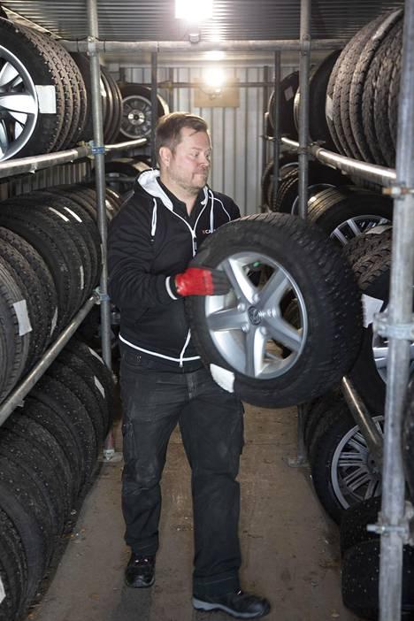 Tapio Siivola siirtää kesärenkaita talvisäilytykseen. Fyysisen työn lomassa Siivola suunnittelee oman yrityksensä toimintaa renkaiden vaihtosesongin jälkeen.