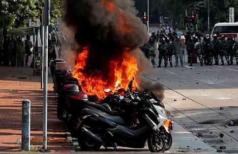Molotovin cocktailit sytyttivät moottoripyörät palamaan.