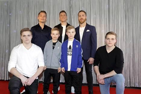 """Eri-ikäisiä """"Jareja"""" ja """"Jerejä"""" Veljeni vartija -elokuvan tiedotustilaisuudessa. Kaksosia lapsena näyttelevät Niklas ja Julius Liukkonen ja teini-ikäisinä Vilhelmi Masanen ja Eemeli Masanen."""