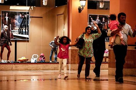 Perhe juoksi ulos Westgaten ostoskeskuksesta.