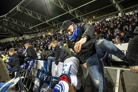 Onnelliset fanit rynnivät nurmelle ottelun päätyttyä.