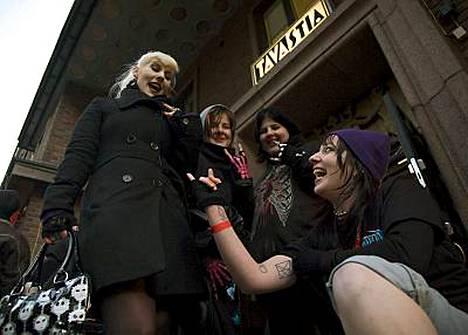 Stephanie Meilak esittelee HIM-tatuointejaan. Taustalla keikkajonossa ovat Nicky Bachler, Liccie Crawford ja Rosie Crawford.