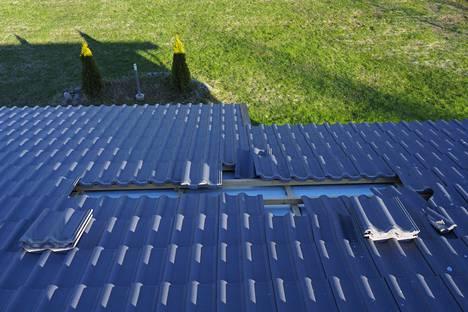 Poliisin mukaan katolta irtosi tiiliä noin kolmen metrin alueelta.