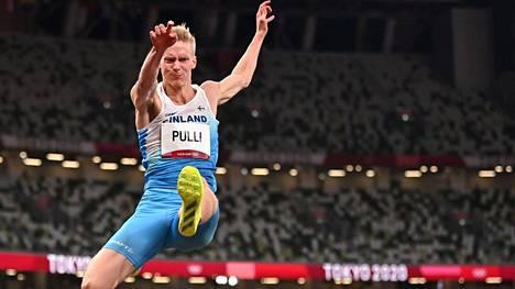 Kristian Pulli leiskautti 796 ja pääsi olympiafinaaliin. Viimeksi suomalainen oli nähty olympiafinaalissa pituushypyssä 1988.