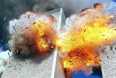 American Airlinesin lento AA 11 törmäsi World Trade Centerin pohjoistorniin kello 8.46. United Airlinesin lento UA 175 osui etelätorniin kello 9.03.
