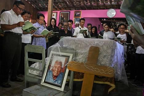 Ystävät ja sukulaiset rukoilevat Mbah Gothon arkun edustalla. Gotho kuoli vappuaattona väitetysti 146 vuoden iässä.