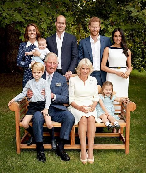 Ensimmäisessä Clarence Housen julkaisemassa kuvassa perhe poseeraa arvokkaasti.