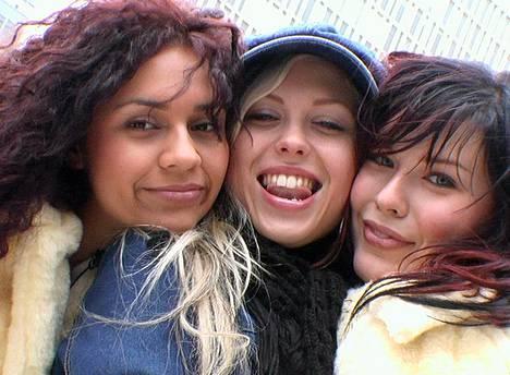Vartiaisen ura alkoi tyttöbändi Gimmelistä. Ushma Karnani, Susanna Korvala ja Vartiainen kuvattuna 2002.