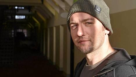 Käsikirjoittaja Simon Barret poseeraa Hotelli Katajanokalla (entisessä vankilassa)
