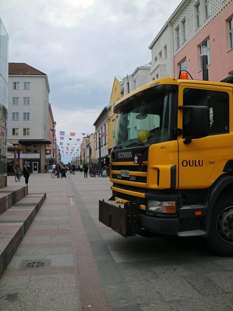 Kuorma-autot ja kaivuri estävät moottoriajoneuvojen pääsyn kävelykaduille Oulussa.