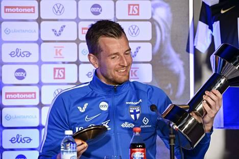 Lukas Hradecky esitteli Vuoden urheilija -palkintojaan eli Uuno-patsasta ja Kultaista kiekkoa Huuhkajien tiedotustilaisuudessa tiistaina.