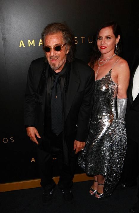Al Pacino ja Meital Dohan edustivat useaan kertaan yhdessä julkisuudessa.