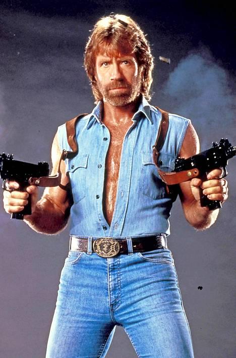 Chuck Norris esittää elokuvissaan lähes aina samanlaista hiljaista sankarihahmoa, joka antaa nyrkkien puhua puolestaan. Kuva elokuvasta Invasion USA (1985).