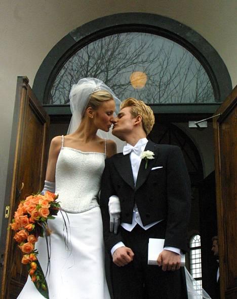 Pari asteli avioon vuonna 2001.