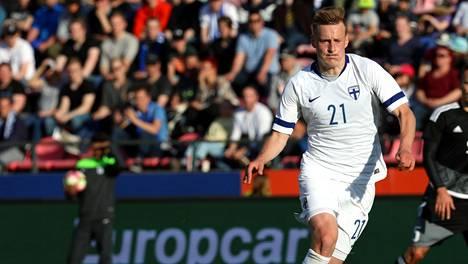 Rasmus Karjalainen kentällä maaottelussa Valko-Venäjää vastaan vuonna 2018.