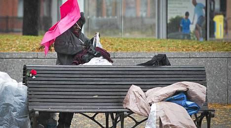 Koditon nainen pakkasi tavaroitaan Washingtonissa.