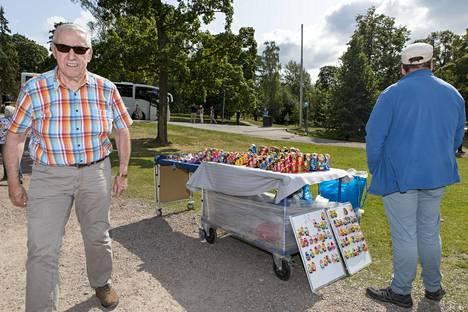 Osa myytävistä matkamuistoista ei liity suomalaisuuteen mitenkään.