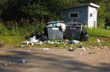 Linnut levittävät jätteitä maastoon.