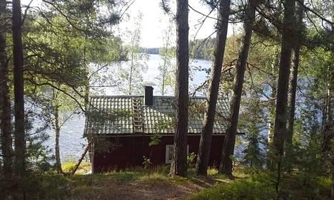 Perheen mökki on 400 metriä Varsinais-Suomen puolella lähellä Uudenmaan rajaa.