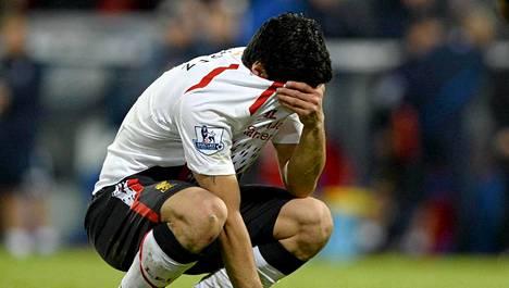 Luis Suarez itki paita päänsä päälle vedettynä Liverpoolin menetettyä 3-0-johtonsa Crystal Palacea vastaan.