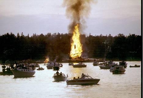Laineiden liplatus. Veneilijät kokoontuivat ihailemaan kokkoa 1983 Seurasaaren edustalle.