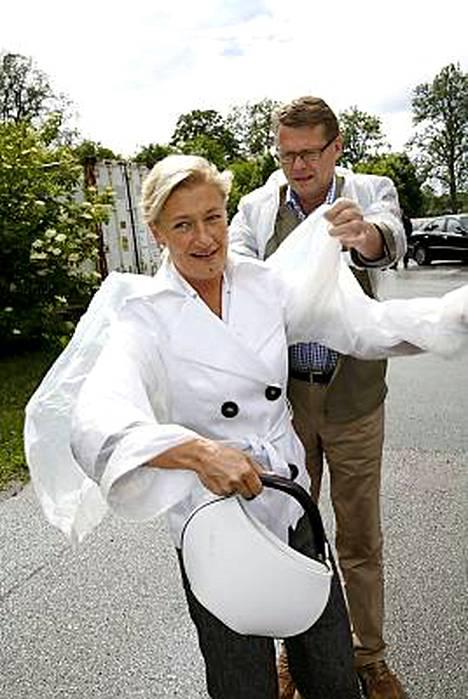 Matti Vanhanen ja naisystävänsä Sirkka Mertala pukeutumassa suojavaatteisiin Brunnebyn mehustamossa Borensbergissä.