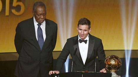 Lionel Messi (oik.) ja Fifan väliaikainen puheenjohtaja Issa Hayatou.