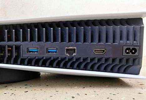 Konsolin takapaneelissa on 2 usb-a-porttia, verkkoportti, hdmi-portti ja paikka virtajohdolle. Siinäpä se.