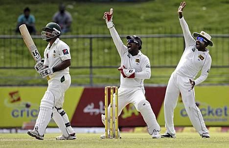 Sri Lankan krikettijoukkueen hilavahti Prasanna Jayawardene (kesk.) ja kapteeni Mahela Jayawardene (oik.) viittovat, kun Pakistanin lyöjä Azad Shafiq on mailan varressa Pakistanin ja Sri Lankan välisen krikettiottelun neljäntenä päivänä. Korkeimman tason krikettiottelut voivat kestää jopa viisi päivää. Krikettiä on sanottu maailman toiseksi suosituimmaksi urheilulajiksi jalkapallon jälkeen.