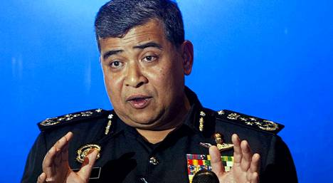Poliisiylipäällikkö Khalid Abu Bakarin mukaan matkustajien taustoista ei löytynyt minkäänlaisia viitteitä, joiden perusteella heitä voisi epäillä koneen katoamiseen liittyvästä.