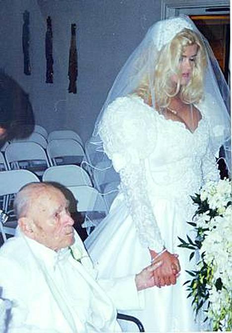 Anna Nicole Smith ja öljymiljardööri J. Howard Marshall solmivat kohuavioliiton 1994.