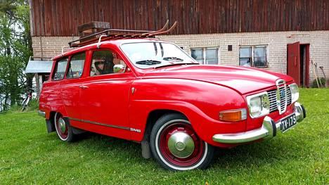 Vaikka kesäauto onkin, Saabin katolta löytyy sukset.